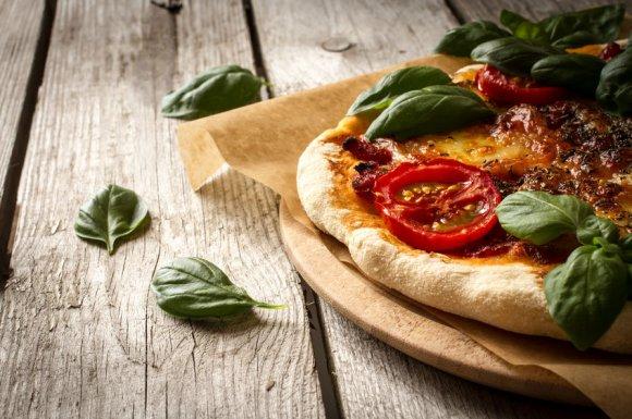 Déguster une pizza faite maison avec des produits frais