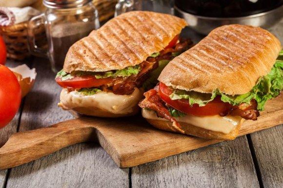 Manger un panini à la pause déjeuner