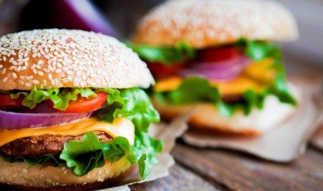 Manger un burger végétarien fait maison