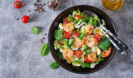Restaurant qui propose des salades avec des produits de saison