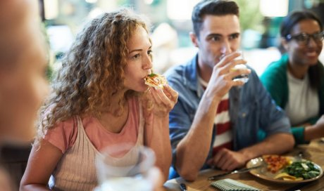 Manger une pizza maison en terrasse l'été